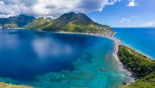 Dominique : À gauche la mer des caraïbes, à droite l'océan atlantique