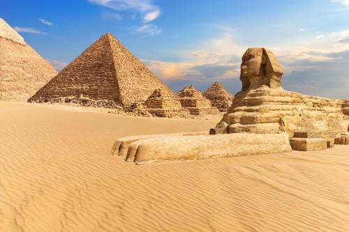 Égypte : Le Sphinx de Gizeh à côté des pyramides