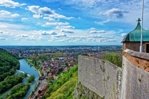 Franche-Comté : Vue aérienne sur la vieille ville et les tours de la Citadelle de Besançon