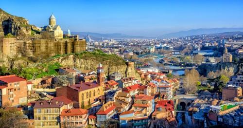 Géorgie : La vieille ville de Tbilisi avec la forteresse de Narikala