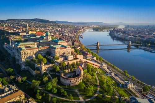 Hongrie : Budapest au lever du soleil avec vue sur le Pont aux chaînes Széchenyi qui enjambe le Danube, l'Égli