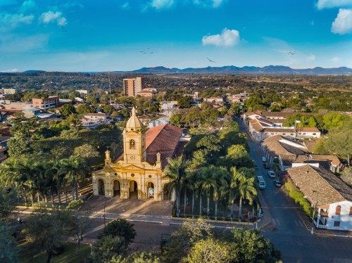 Paraguay : Vue aérienne de la nouvelle grande église à Villarrica