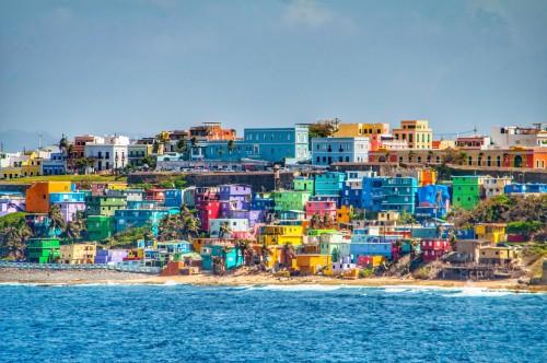 Porto Rico : Maisons colorées qui surplombent la plage de San Juan