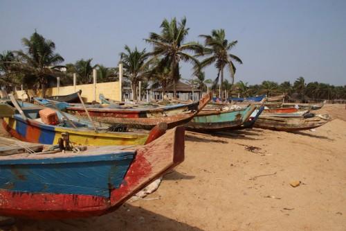 Togo : Bateaux traditionnels de pêche sur la plage à Avepozo