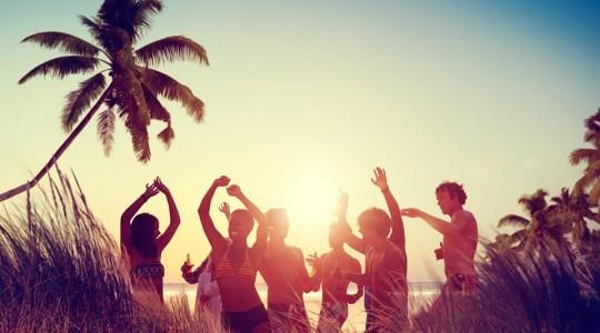 10 Destinations Vacances pour faire la Fête entre Jeunes (sans se ruiner)